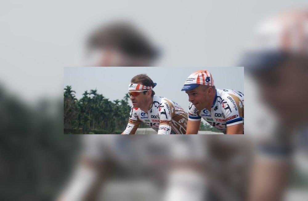 Jaan Kirsipuu (paremal), jalgratas