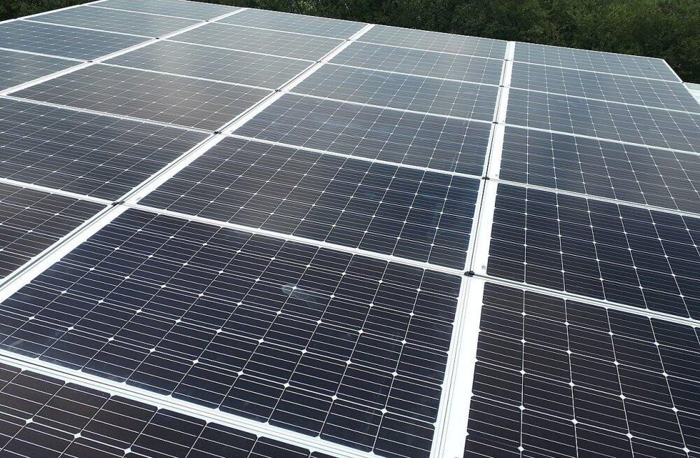 Linn lasi energia säästmiseks 187 päikesepaneeli paigaldada... ja unustas need tööle panna