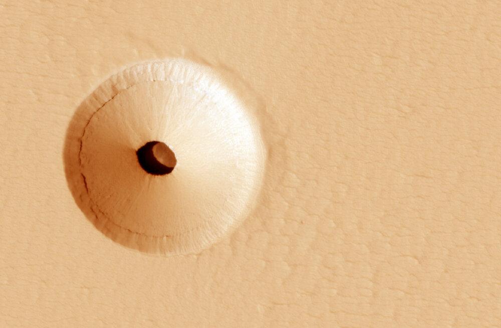 Elu Marsil? NASA pildistas mõistatuslikku suurt auku planeedi pinnal