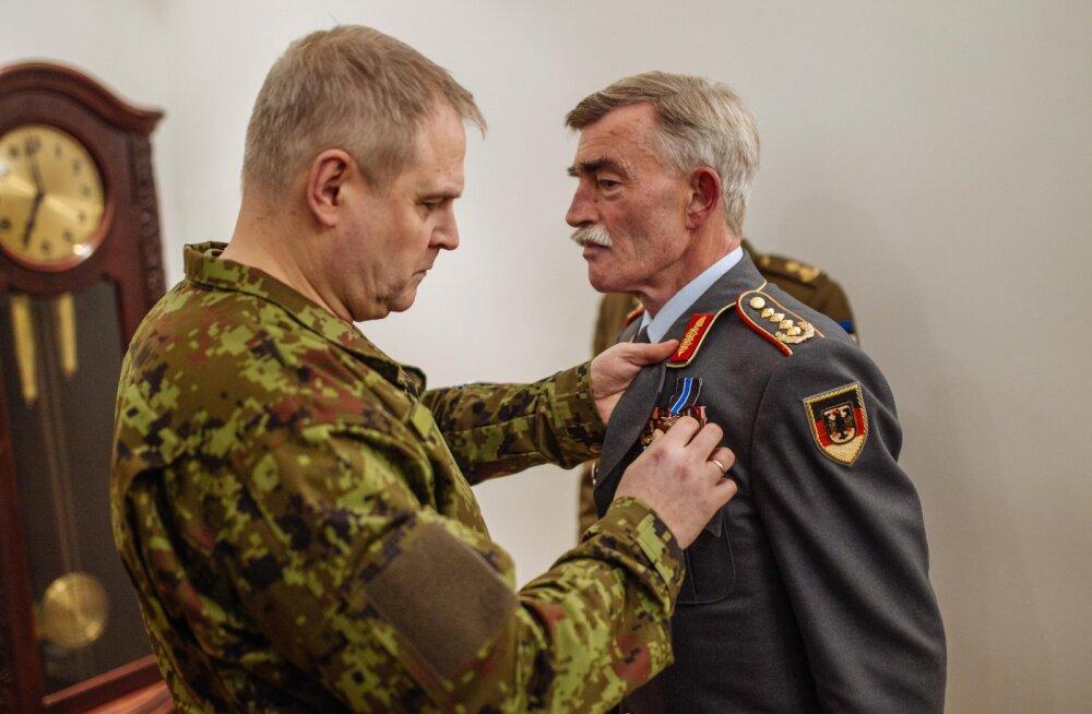 Kaitseväe juhataja andis NATO Brunssumi ühendväejuhatuse ülemale lahinguliste teenete eest kaitseväe teenetemärgi