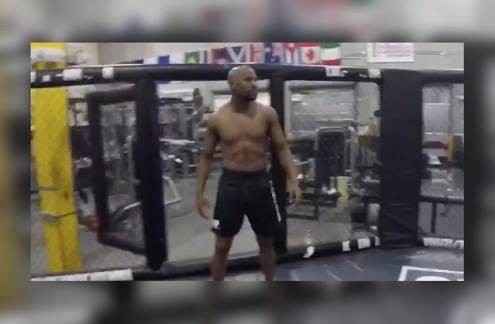Floyd Mayweather juunior MMA-ringis.