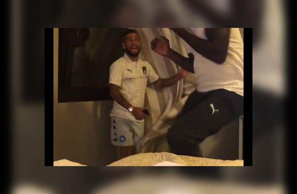 ВИДЕО: Футболисты сборной Италии до истерики напугали коллегу