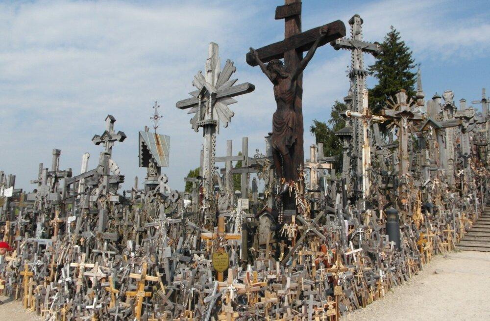 Туристка из Китая осквернила знаменитую Гору Крестов в Литве