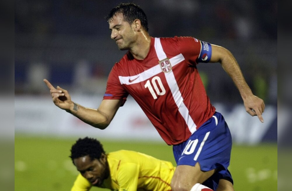 Serbia's Dejan Stankovic, front, celebrates as he scores a goal and runs past Cameroon's Jean Makoun during the two teams' friendly soccer match in Belgrade, Serbia, Saturday, June 5, 2010. (AP Photo/Marko Drobnjakovic) / SCANPIX Code: 436