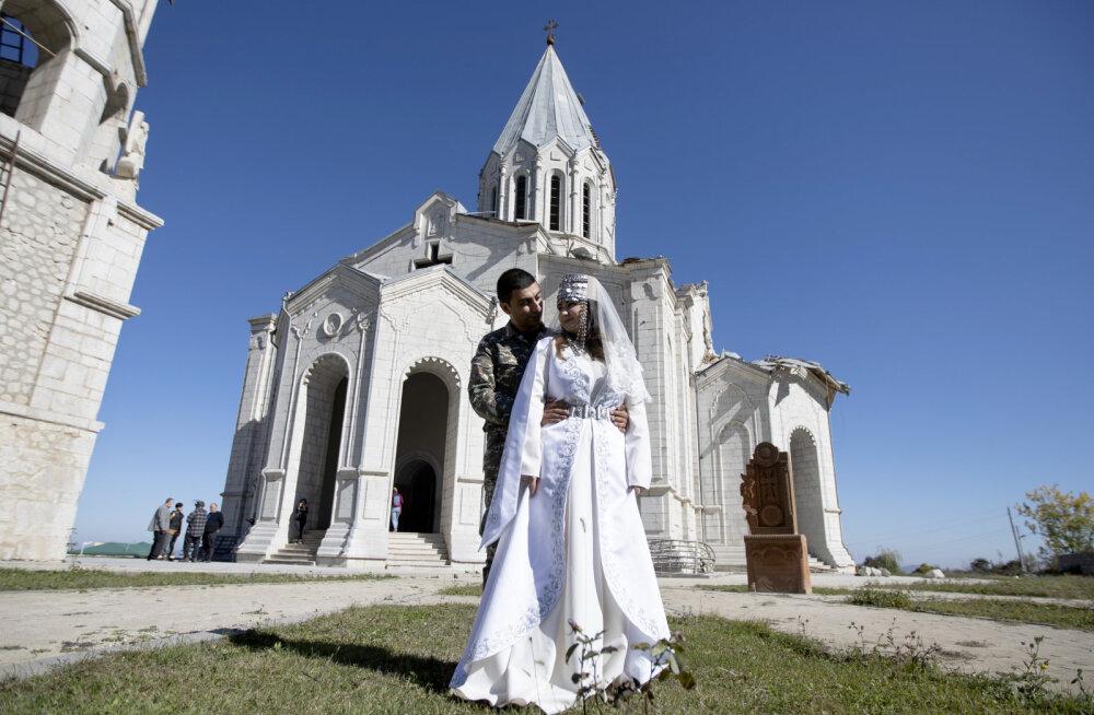 ВИДЕО   Свадьба во время войны. В Нагорном Карабахе пара решила венчаться прямо в разрушенном соборе