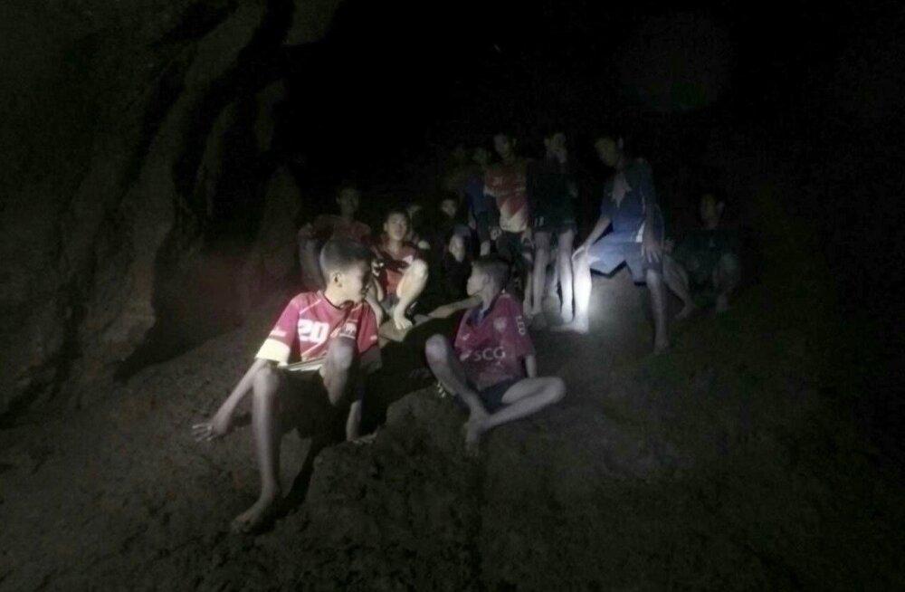 Üles leitud Tai lapsed Tham Luangi koopas, kust välja pääsemiseks võib kuluda veel palju aega.