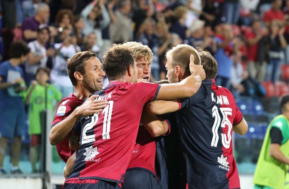 Ragnar Klavan (paremal) kaaslastega Cagliari Calcio väravat tähistamas