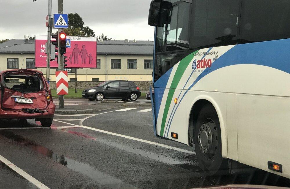 FOTO | Tallinnas Sossi mäel toimus kolmikavarii, millesse sattus ka Atko buss