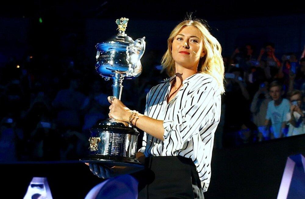 Maria Šarapova Austraalia lahtiste võitjale mõeldud trofeega.