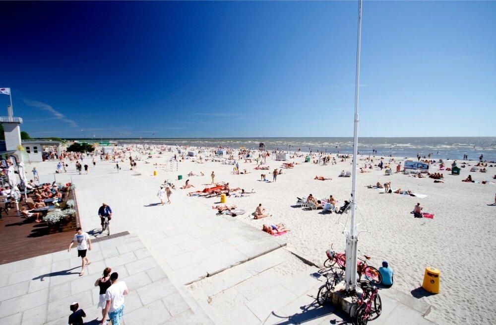 Suvine Pärnu meelitab inimesi, talveks pannakse osa majutusasutusi kinni.