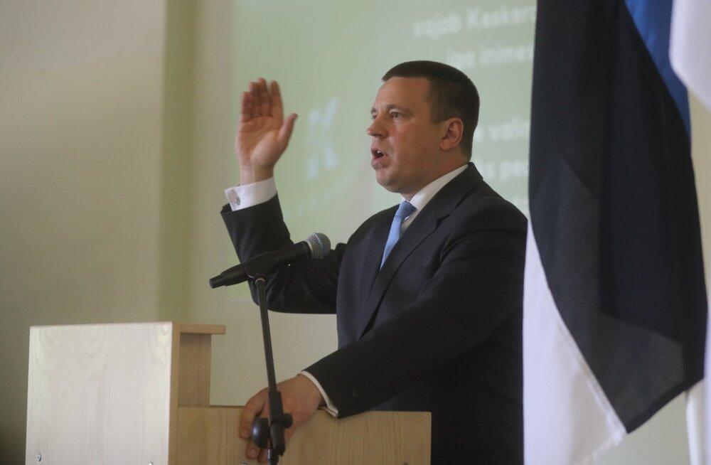 Jüri Ratas vihjas laupäeval partei volikogu ees Tallinna esinumbreid tutvustades, et Euroopa Parlamendi saadik Yana Toom ei pruugi Põhja-Tallinna esinumbrina kandideerida.