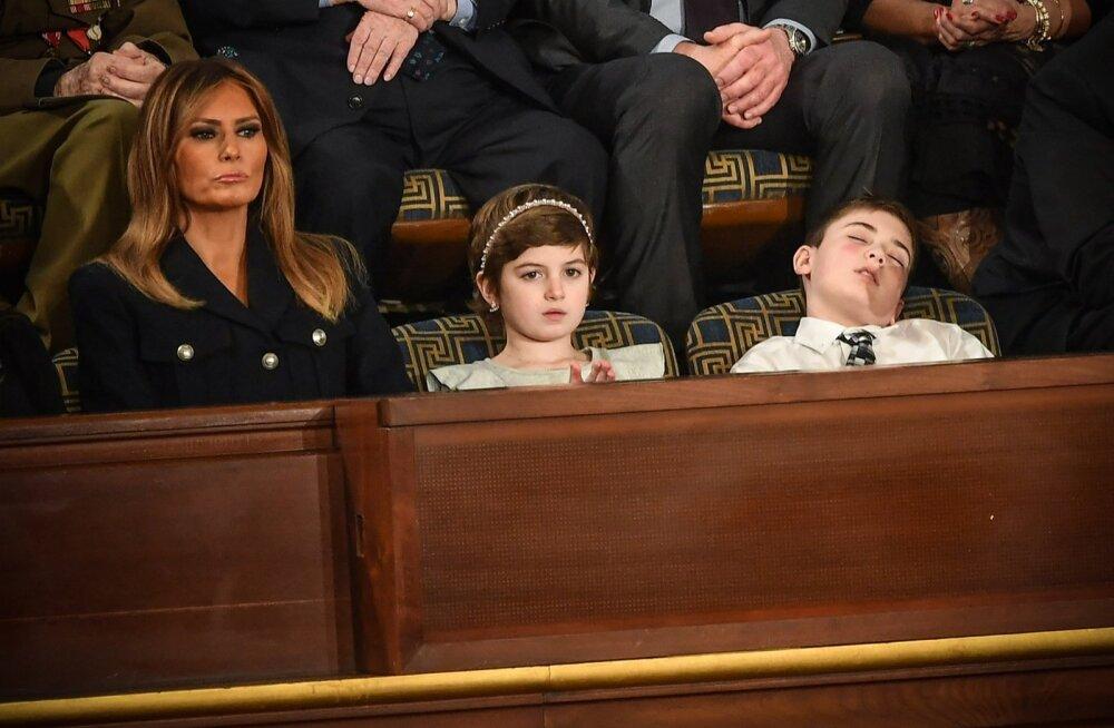 VIDEO   Presidendiga sama perekonnanime pärast kiusatud ja erikülalisena kohale kutsutud poiss jäi Trumpi kõne ajal magama
