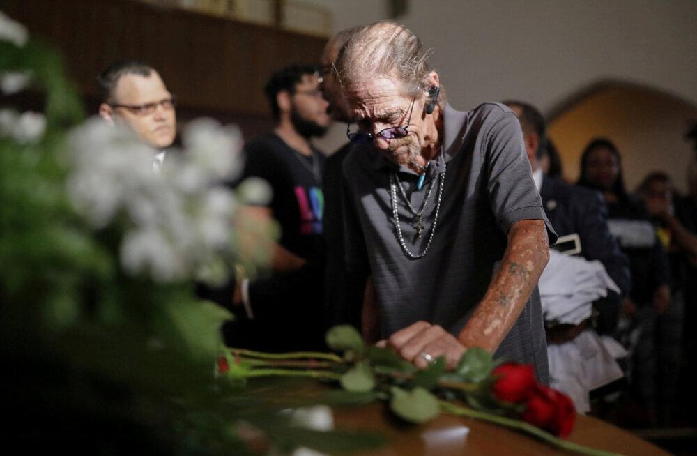 Abikaasa ootas tulistamises tapetud naise matustele üksikuid inimesi, kohale tuli aga sadu
