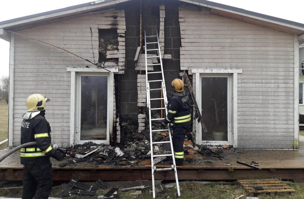 FOTO | Seina äärde pandud kuum tuhk süütas Tartumaal maja