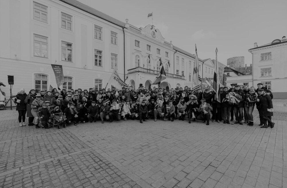 Студенты TalTech перед церемонией поднятия флага на 102 летие Эстонской Республики