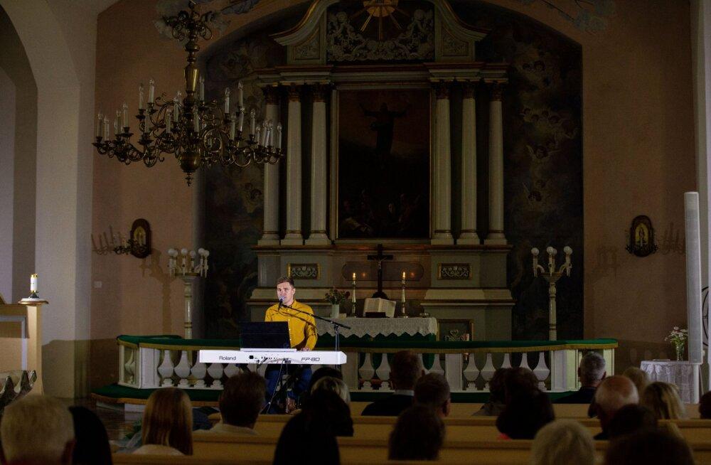 Peapiiskop Urmas Viilma avab Keila Mihkli kirikus toimuvat Ott Leplandi kontserdi