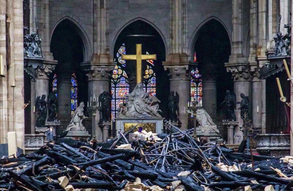 ФОТО: Найден бронзовый петух с мощами святых со шпиля собора Парижской Богоматери