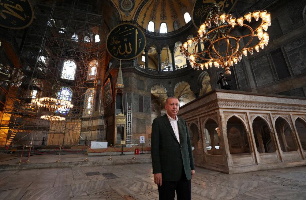 Moslemid kogunesid täna esimest korda pärast taas mošeeks muutmist Hagia Sophiasse reedesele palvele