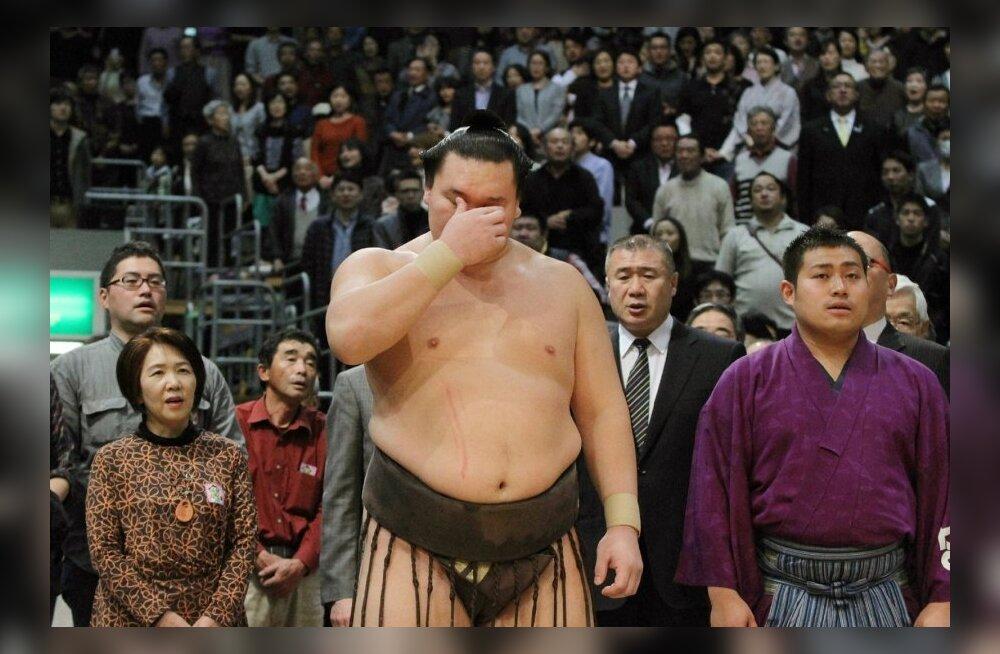 Yokozuna Hakuho pühib õnnepisaraid