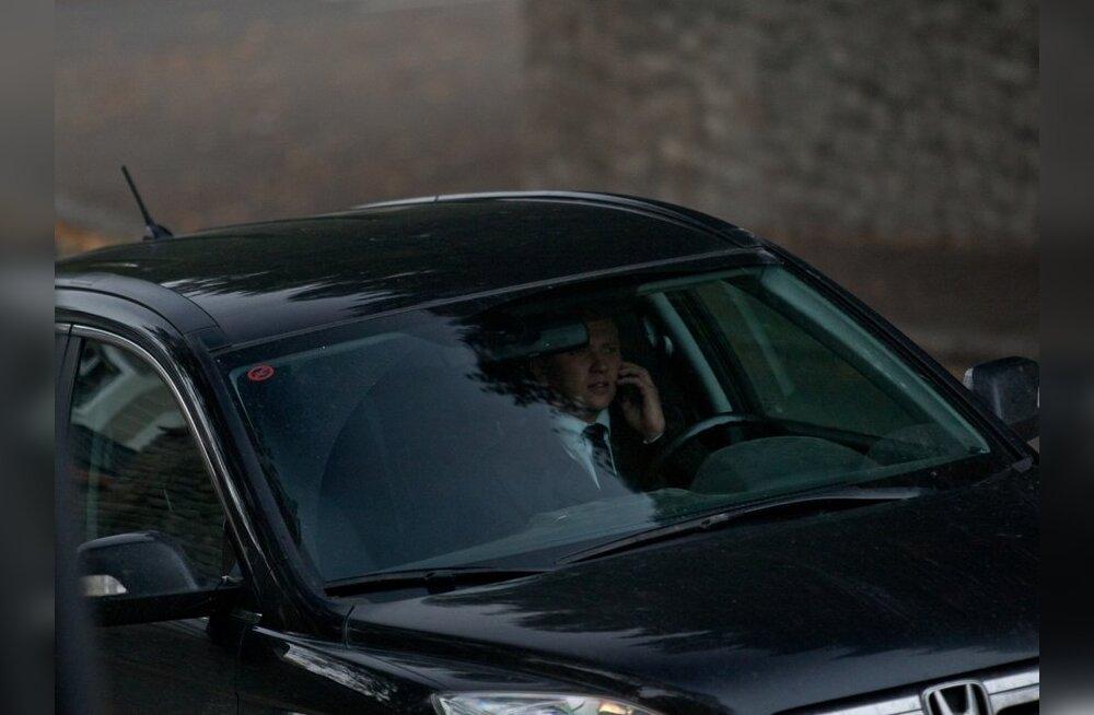 FOTOD: Vaata, kes poliitikutest kasutavad autoroolis telefoni