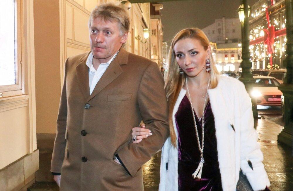 Dmitri Peskov ja tema abikaasa Tatjana Navka teatrisse suundumas