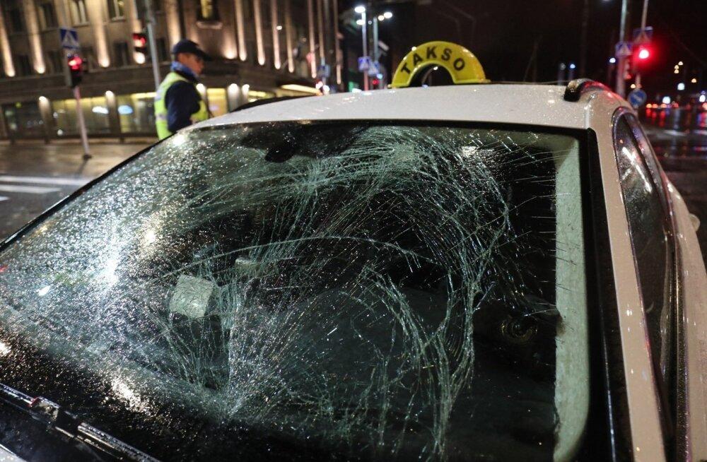 ФОТО DELFI: На площади Вабадузе такси сбило пешехода-иностранца