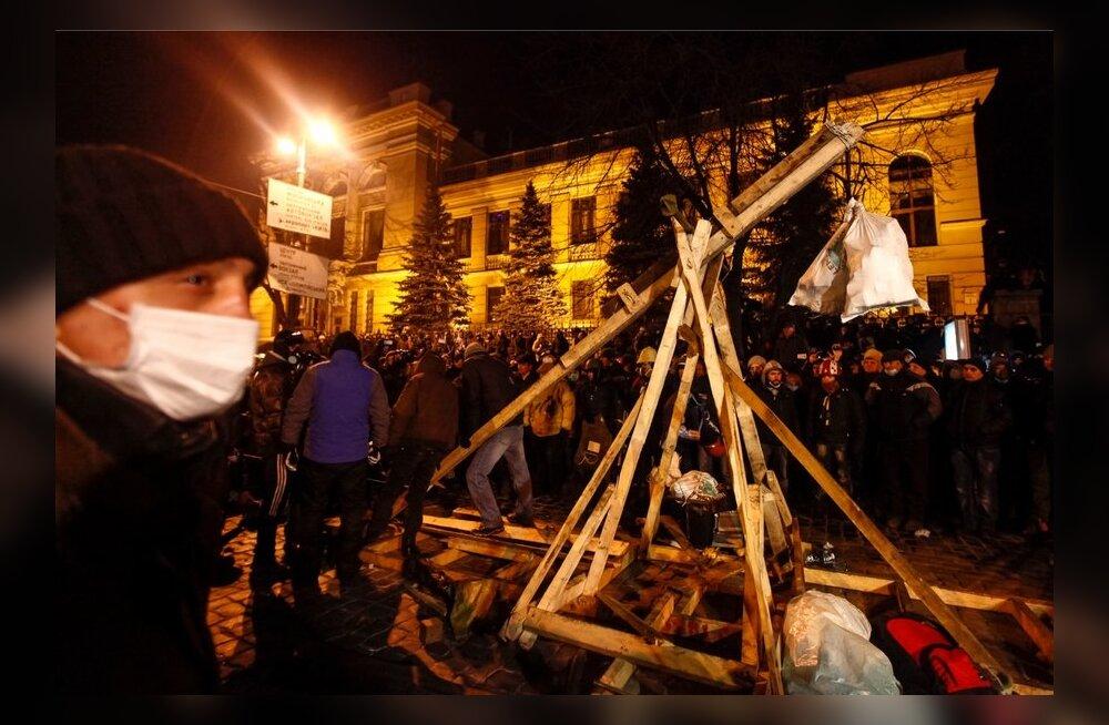 FOTOD: Eriüksus hävitas Kiievis meeleavaldajate katapuldi, regionaalid kutsuvad eriolukorda kehtestama