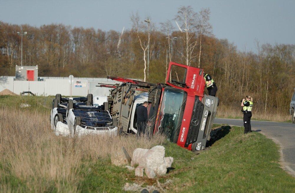 """""""Рассыпавший"""" автомобили Mercedes в кювете пьяный водитель фуры причинил огромный ущерб"""