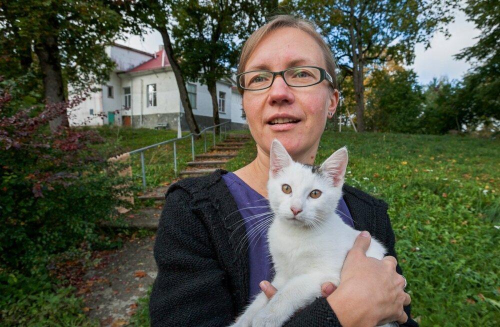Ökokogukonna üks eestvedaja Riinu Lepa koos kassipoeg Laiguga, kelle ema jäi kadunuks.