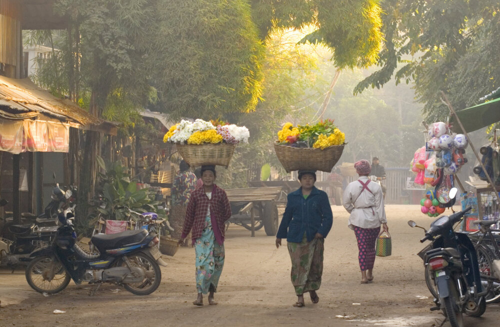 Kaks naist varahommikusel turul. Bagan, Myanmar.