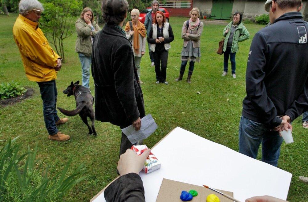 Kunstnik August Künnapu jagab Ants Laikmaa muuseumis Maalehe ajakirjanikele soovitusi maalimiseks.