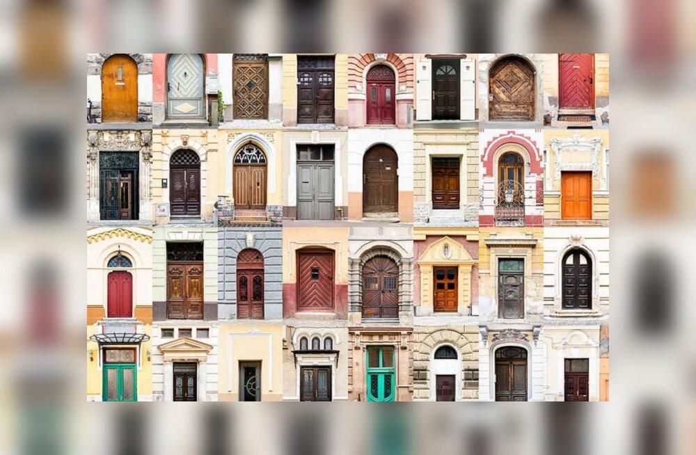 ФОТО: Селфи — вчерашний день. Теперь в путешествиях все фотографируют двери!