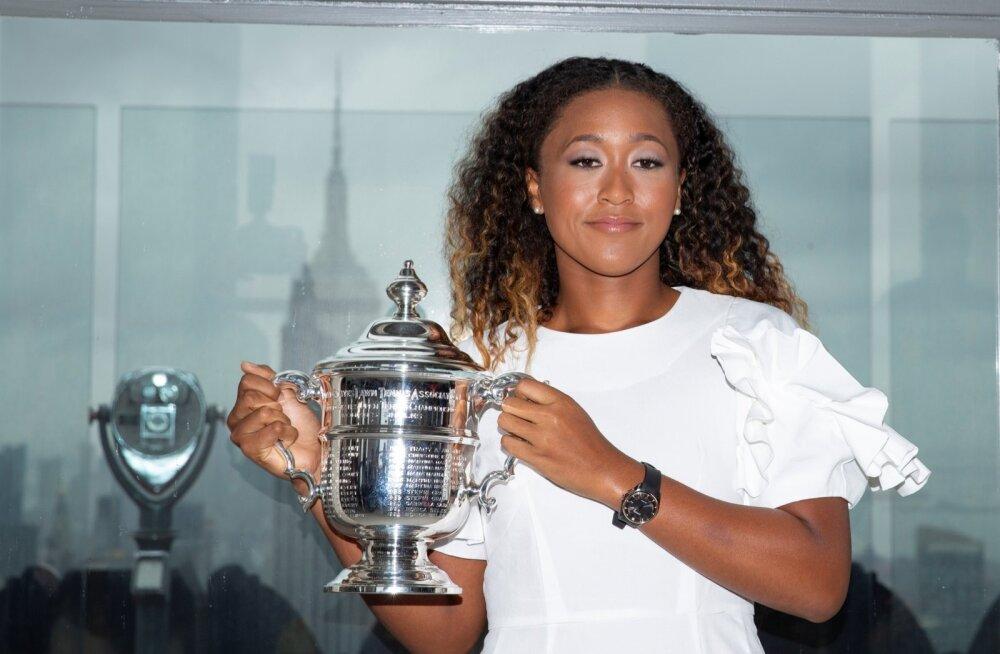Värske US Openi võitja Naomi Osaka trofeega poseerimas.