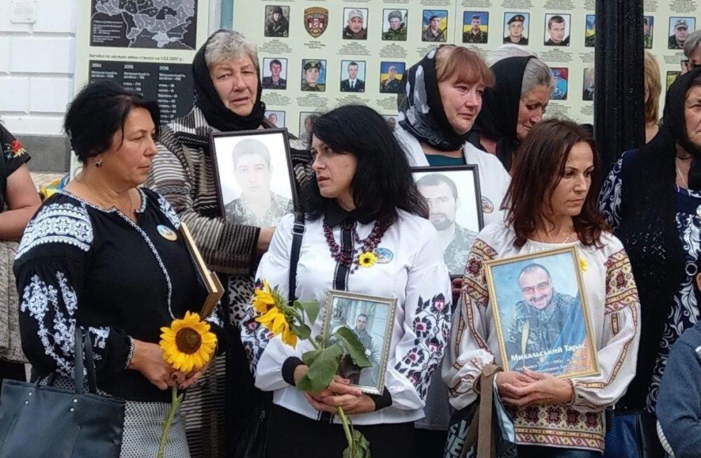 Ikoonitaolisi leinapilte hoidvad naised leinavad oma mehi ja poegi, kelle tapsid Vene sõdurid neli aastat tagasi Ilovaiskis.