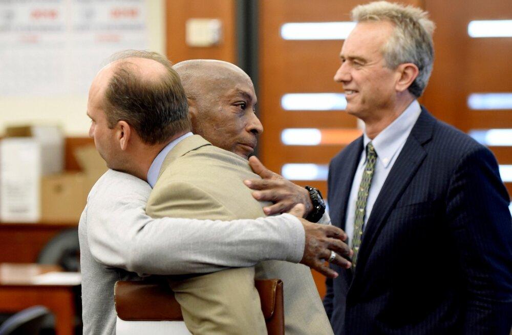 Monsanto kohtusse kaevanud Dewayne Johnson California kohtus rõõmustamas.