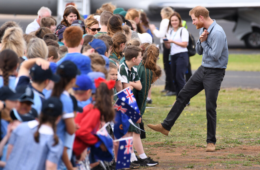 VIDEO | Prints Harry imearmas reaktsioon sellele, et üks fänn ta naisele hirmsuure lillekimbu kingib, on küll iga naise unistus