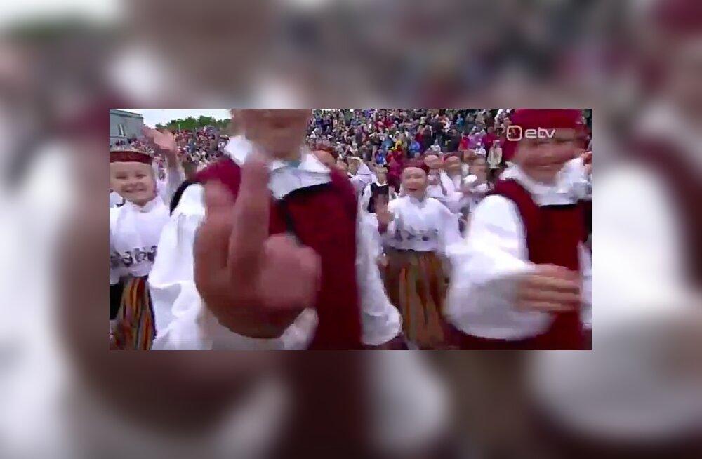 FOTO | Noored on hukas? Laps viibutas laulupeol keskmist sõrme otse kaamerasse