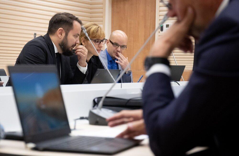 Vasakult: Tallinna Sadama esindaja Marko Kairjak, riigiprokurör Laura Feldmanis ja ringkonnaprokurör Denis Tšasovskih Tallinna Sadama istungil 17. septembril