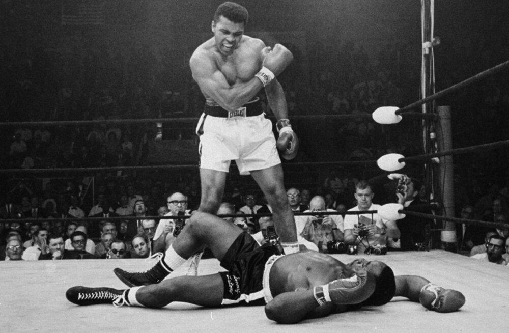 Muhammad Ali alistas 1965. aastal Sonny Listoni esimese raundi nokaudiga. Foto sellest hetkest on spordimaailma üks legendaarsemaid. Väidetavalt kaotas Liston selle matši aga meelega.