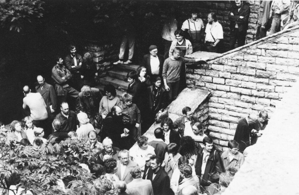 Sündmused Hirvepargis augustis 1988 olid kogu aeg KGB tähelepanu orbiidis. Inimesi üritati pildile saada nii, et võiks vajadusel näo ja nime kokku viia.
