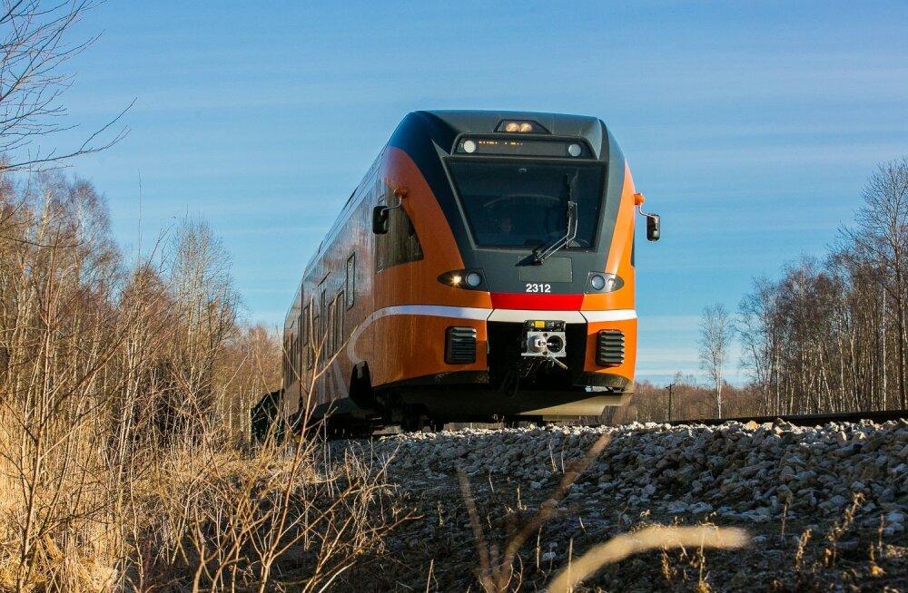 Juht peatas rongi, et paanikas võõrkeelne reisija pääseks koju