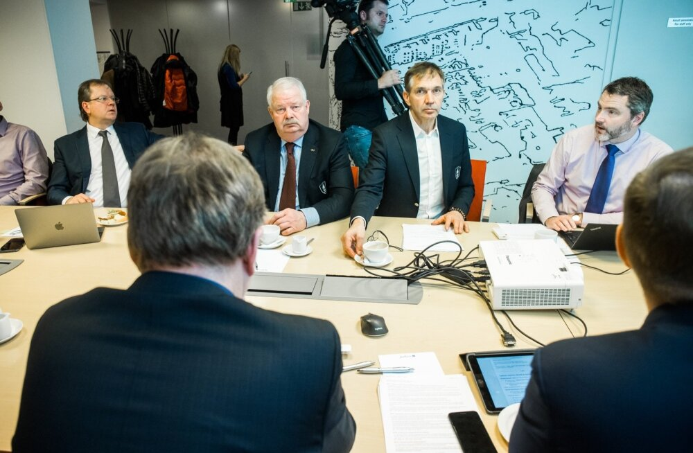 EOK täitevkomitee koosolekul arutavad juhtunut Oliver Kruuda, Jüri Tamm, Urmas Sõõrumaa ja Siim Sukles.