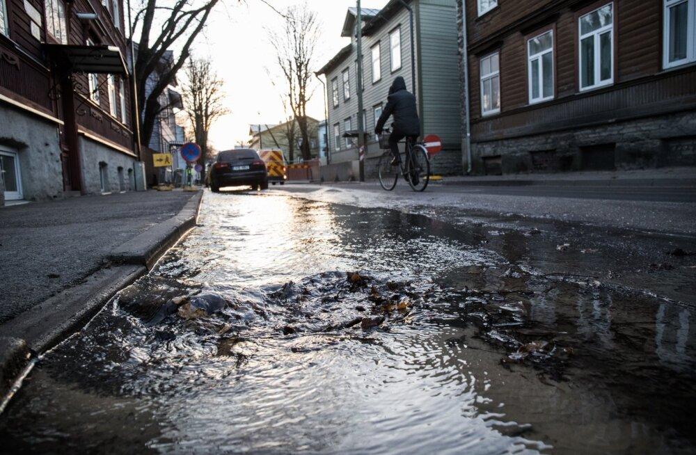 Из-за аварии водопровода ограничено движение на перекрестке улиц Тёэстузе и Салме