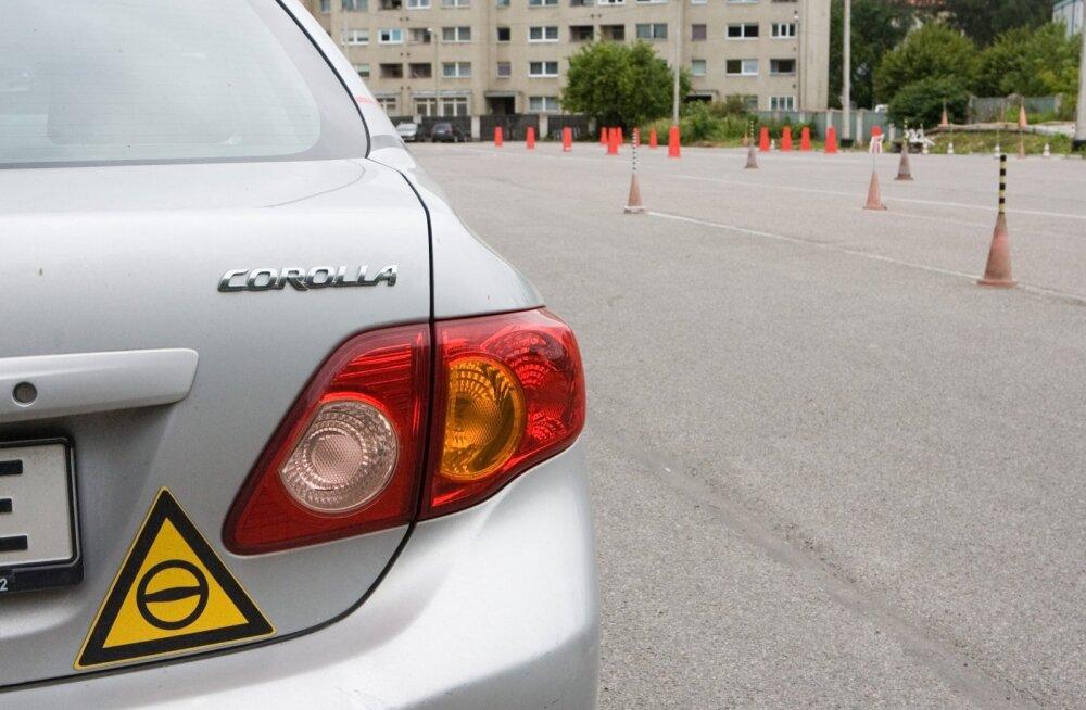 Autokoolide pakettides sisalduvatest sõidutundidest eksami sooritamiseks tihtipeale ei piisa.