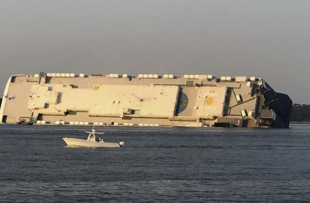 USA Georgia osariigi rannikul vajus külili autosid vedanud laev