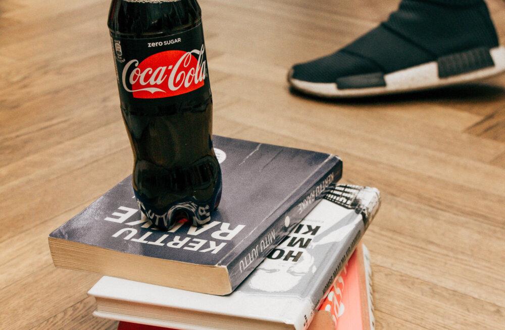 Blogija Kristina Pärtelpoeg otsustas üllatada täiesti võõraid inimesi ja pani raamatukogu raamatute vahele inspireerivaid ja armsaid kirjakesi.