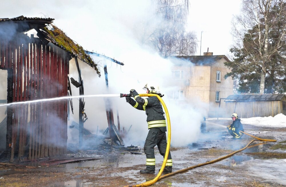 Karksi-Nuias põlesid lahtise leegiga puukuurid