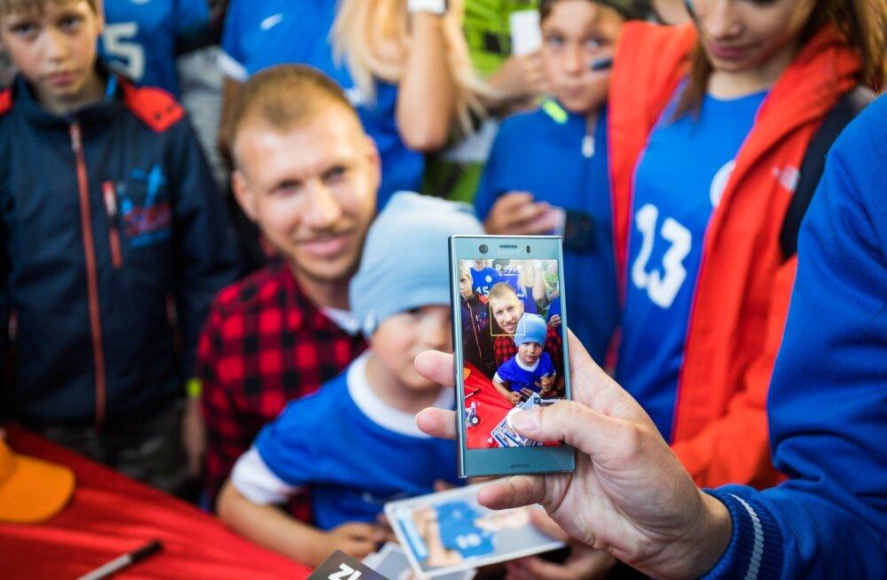 Ragnar Klavan jagab Eesti-Maroko kohtumise eel autogramme