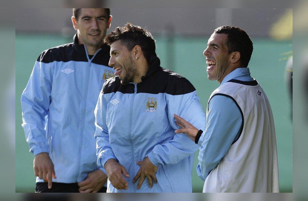 Aleksandar Kolarov, Sergio Agüero ja Carlos Tevez vahetult enne saatuslikku Bayerni mängu lõbusalt aega veetmas