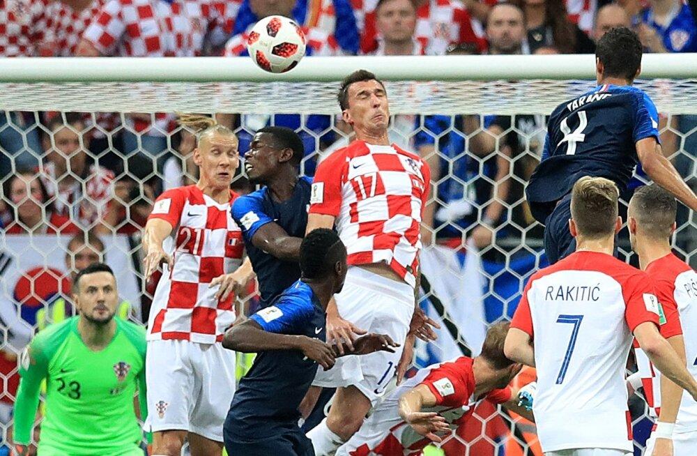 Mario Mandžukic (nr. 17) saatis finaalis palli peaga enda väravasse.